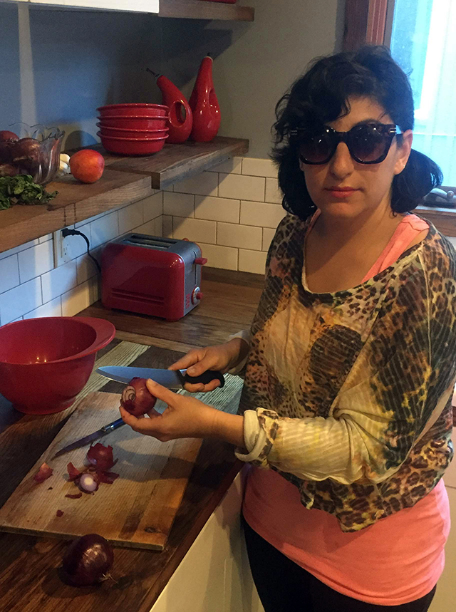 Wear sunglasses while peeling onions (1)